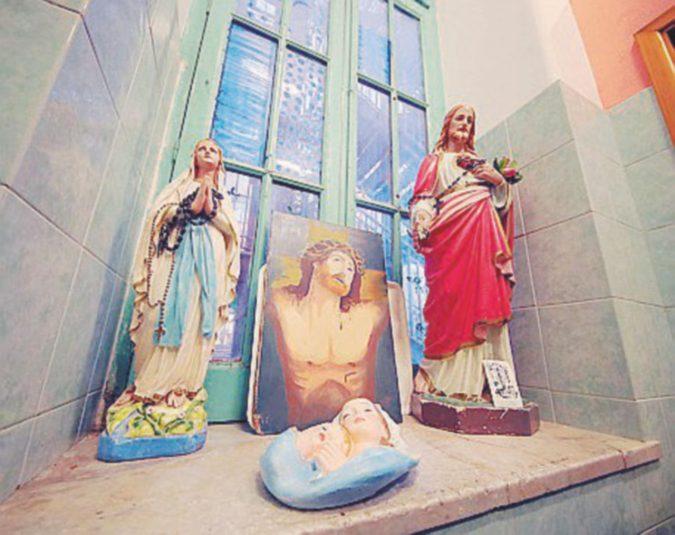 Il preside fa togliere le statuette di Madonne e pontefici Insorgono insegnanti e genitori