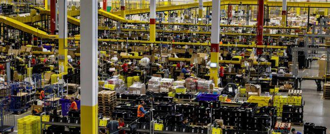 """Amazon, con i bracciali elettronici """"mani libere e occhi lontani dagli schermi"""". Il ministro Calenda assicura: """"Mai in Italia"""""""