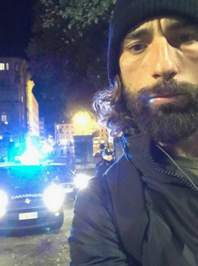 Striscia la notizia, Brumotti e la troupe aggrediti da 30 spacciatori a Padova: contro di loro sputi e schiaffi