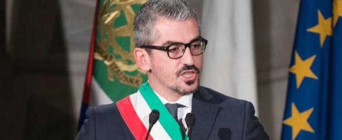 """Mantova, """"favori sessuali in cambio di fondi"""": sindacoindagato ma la presunta vittima lo difende"""