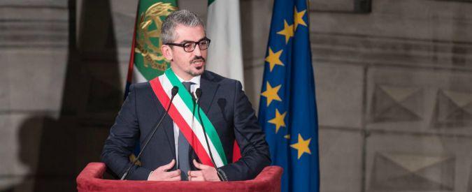 """Mantova, l'accusa del pm al sindaco Palazzi: un anno di messaggi hot alla vittima, tentata concussione continuata"""""""