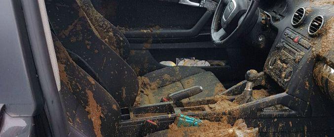 Milano, auto di un poliziotto danneggiata e imbrattata con escrementi