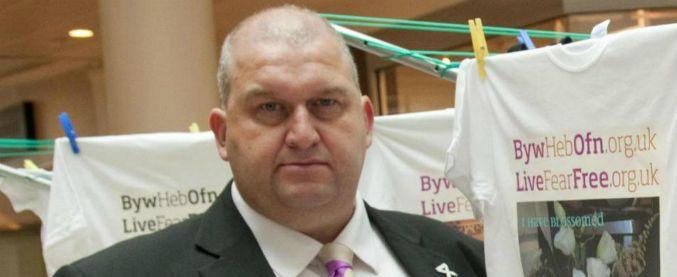 Molestie, trovato morto ex ministro gallese Carl Sargeant: ipotesi suicidio