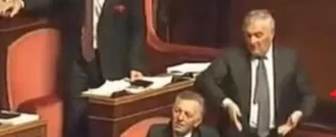Senato, lascia il braccio destro di Verdini Faceva gesti sessisti e saluti romani: adesso è il presidente dei biologi italiani