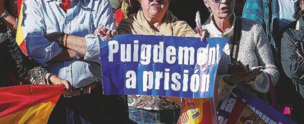 Puigdemont triste, solitario y final: resta in Belgio senza tribunale né potere