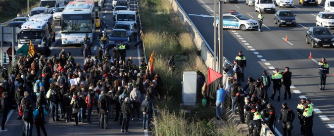 Catalogna, proteste contro l'incarcerazione del governo catalano. Bloccata l'autostrada a Girona