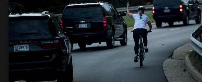 """Usa, ciclista fa il dito medio mentre passa il corteo di Trump: licenziata. """"Lo rifarei"""""""