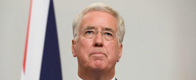 Molestie, lascia il ministro della Difesa inglese. Una deputata chiede dimissioni anche al numero due della May