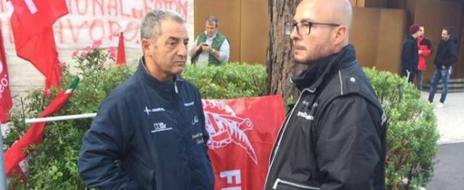 """Carrara, operai si incatenano nei cantieri navali: """"Licenziati perché non sappiamo l'inglese e non abbiamo il porto d'armi"""""""