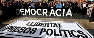 Catalogna, in cella 8 membri del Govern. 'Mandato di cattura Ue per Puigdemont'. Migliaia in piazza. Leader: 'State calmi'