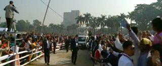 Papa Francesco rischia di essere investito da un traliccio a Dacca. La folla spinge e la gente cade: papamobile costretta a fermarsi