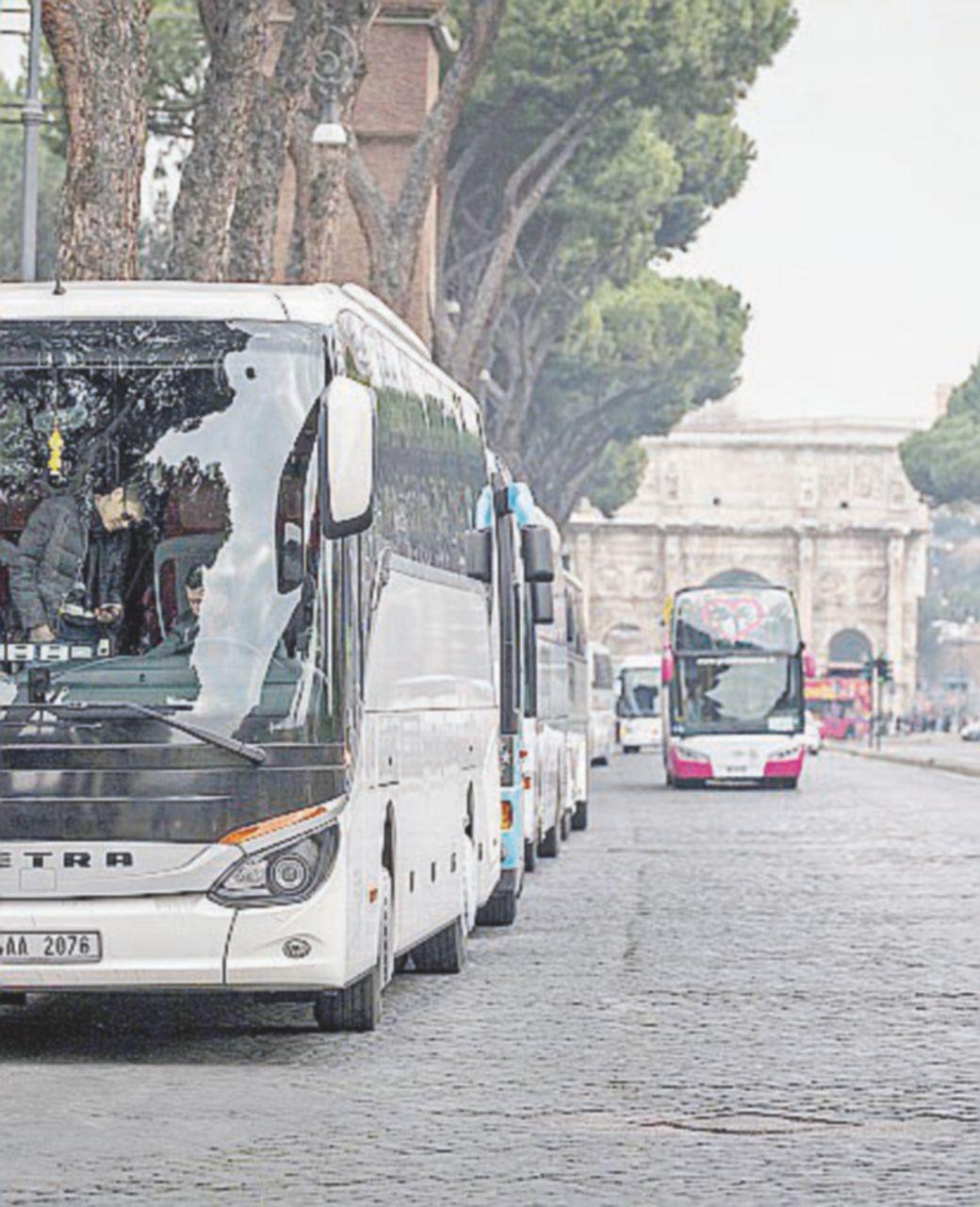 """Autobus turistici bloccano la città: """"No al divieto di accesso in centro"""""""