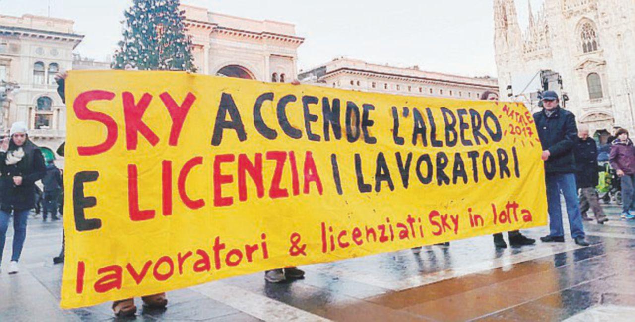 Sky accende l'albero di Natale e i licenziati protestano a Milano