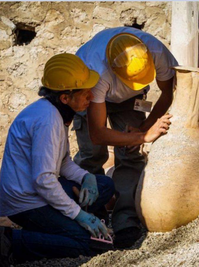 Pompei, da nuovi scavi Schola Armaturarum affiorani reperti intatti