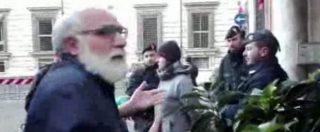 """Roma, piazza blindata per il comizio di Salvini. Il frate protesta: """"Così la gente non può venire a messa"""""""