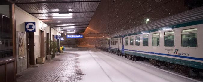 Maltempo, neve e ghiaccio bloccano treni al Nord: cancellazioni e pendolari a terra. In Liguria allerta rossa e scuole chiuse