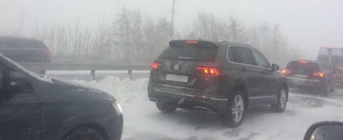 Maltempo, bloccati in auto per 7 ore. Anche gli svizzeri con la neve vanno in tilt