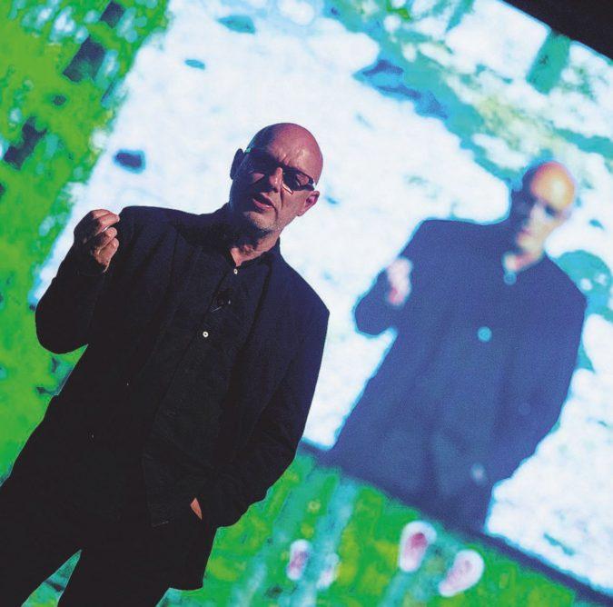 Ora Brian Eno ritorna alle radici (del pianoforte)