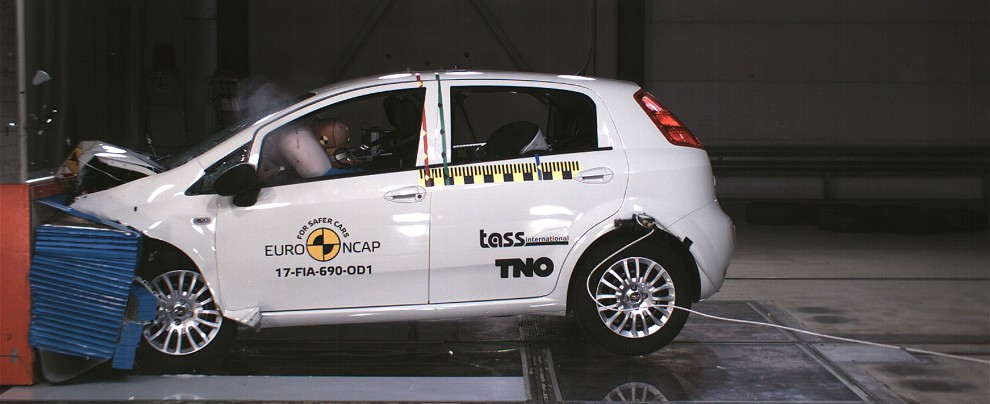 Fiat Punto, zero stelle ai crash test Euro NCAP. E' record negativo – VIDEO