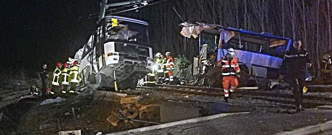 Francia, treno travolge scuolabus con ragazzini a bordo: il bilancio resta di 4 morti e 24 feriti gravi