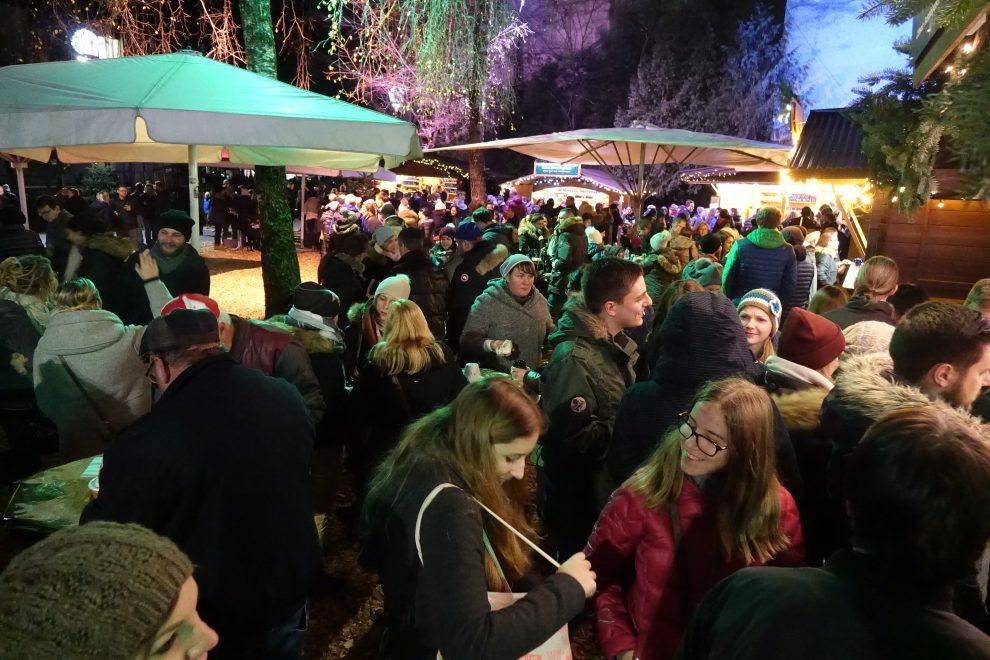 Folla al mercatino del parco