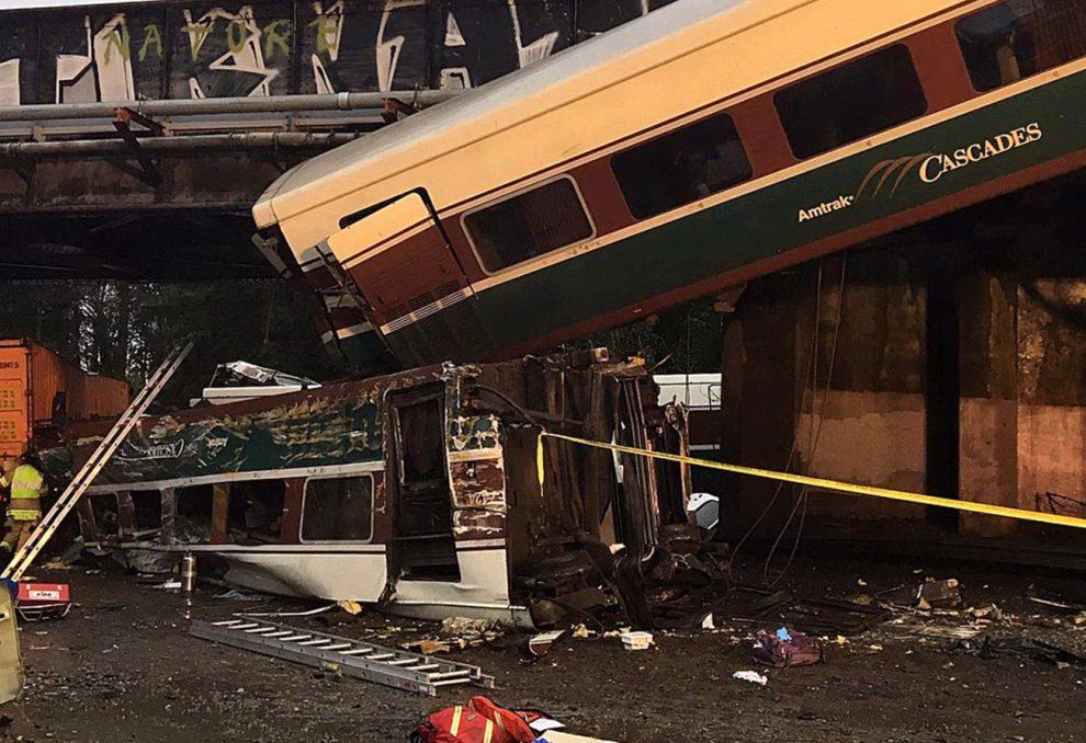 Seattle, treno deraglia e cade sulle auto