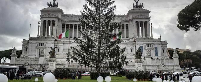"""Roma: Spelacchio spento, ma è meta di pellegrinaggio. I messaggi: """"Sei diversamente albero"""""""