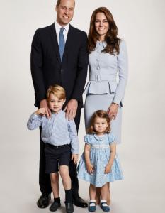 William e Kate con i piccoli George e Charlotte: ecco la foto di Natale della famiglia reale