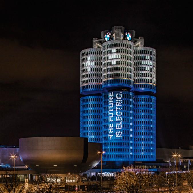 Bmw, 100 mila auto a batteria vendute nel 2017. E la sede diventa un'enorme pila elettrica