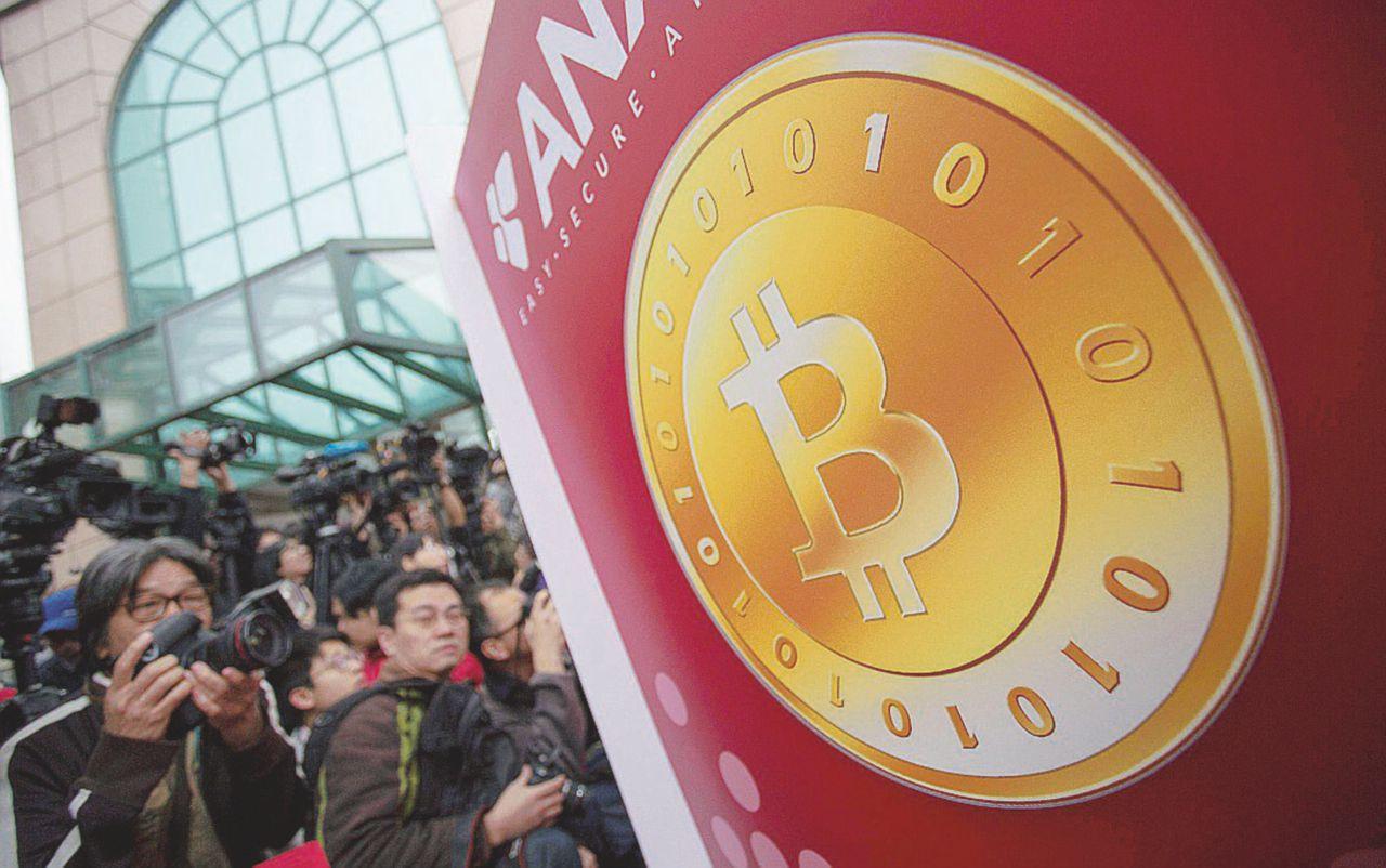 Bitcoin, crolla la moneta virtuale: bruciati 121 miliardi di dollari. Ecco i motivi dietro il 'cripto-panico'