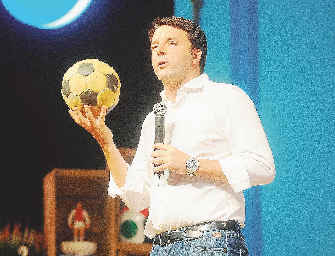 Pd, l'ultima geniale trovata di Renzi: fermare il declino con le figurine