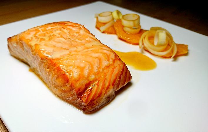 Salmone marinato con maionese di miele e senape di Digione e un'insalatina di arancia e porro