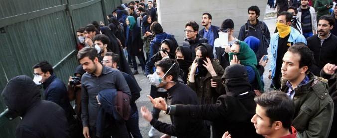 """Iran, """"Guardia rivoluzionaria spara sui manifestanti che protestano contro carovita e corruzione. Almeno sei morti"""""""