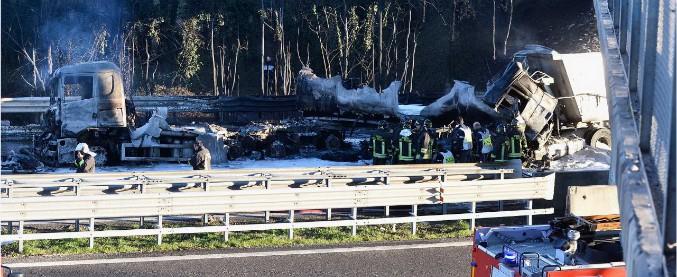 """Incidente in A21, l'unico superstite: """"Ho lasciato il tir in tempo"""". Autostrada ancora chiusa, preoccupa il cavalcavia"""