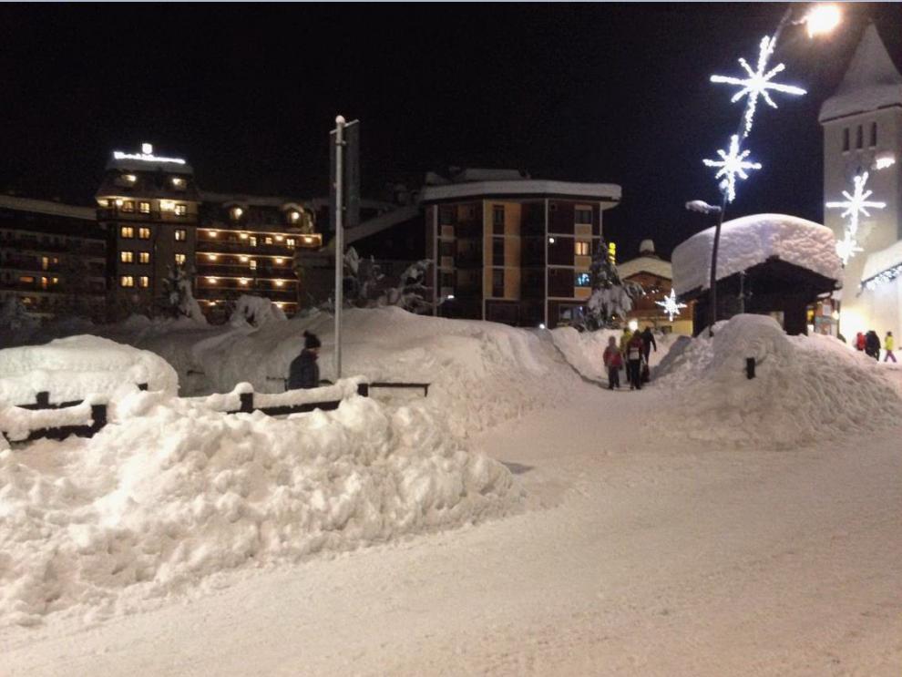 Cervinia bloccata sotto due metri di neve. Attese altre nevicate nel weekend