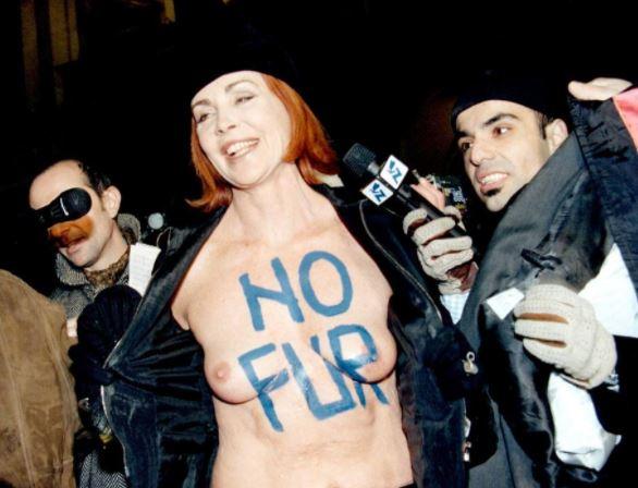 Un'altra protesta anti-pellicce, questa volta alla Prima della Scala, nel 1998