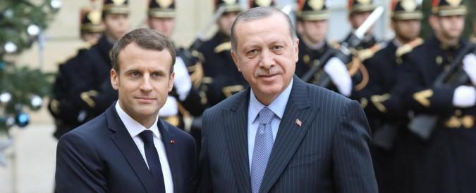 """Parigi, braccio di ferro tra Macron e Erdogan: """"La Turchia in Ue? Impensabile"""", """"Basta, siamo stanchi di implorare"""""""