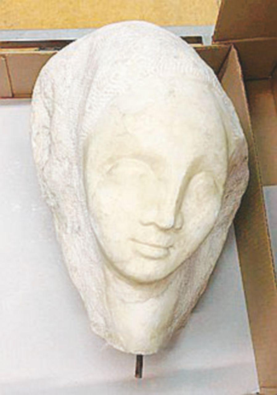 """La testa di una statua abbandonata nell'""""acqua alta"""""""