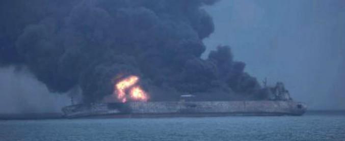 "Cina, affonda petroliera iraniana: a bordo 136mila tonnellate di petrolio, si teme il disastro ambientale. ""Morti 32 marinai"""