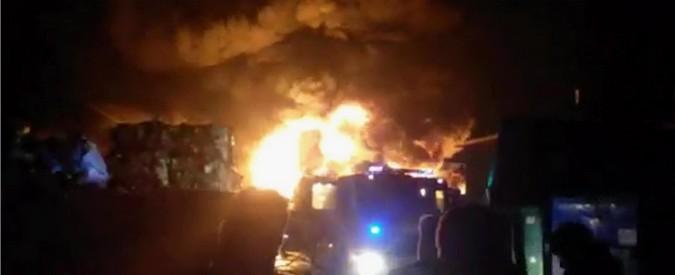 Savona, in fiamme deposito di rifiuti: ipotesi incendio doloso. Si teme disastro ambientale, scuole chiuse