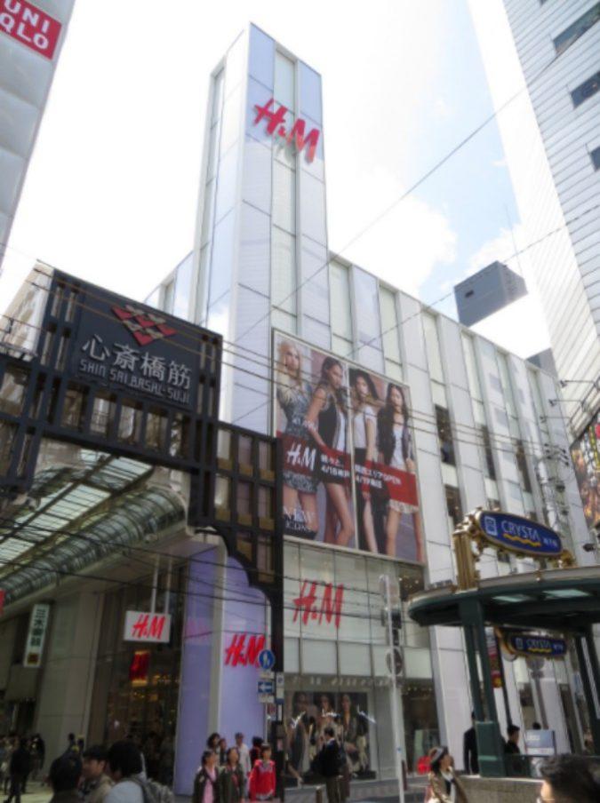 """H&M, bimbo di colore pubblicizza felpa con scritto """"scimmia"""". Bufera social: l'azienda si scusa e ritira l'immagine"""