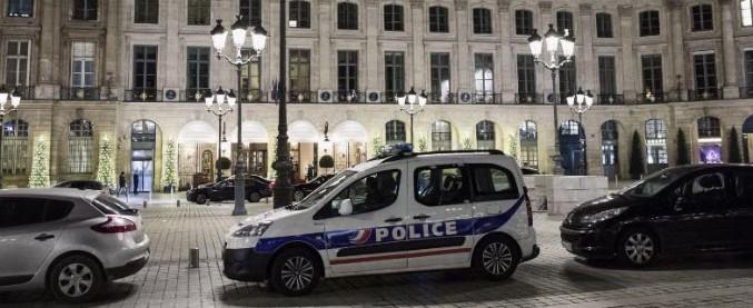 Parigi, rapina all'hotel Ritz: armati di ascia e pistole portano via gioielli. Due in fuga con il bottino da 4,5 milioni di euro