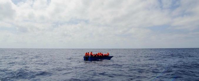 """Libia, 90 migranti dispersi in mare dopo il naufragio. """"Dieci corpi riaffiorati"""""""