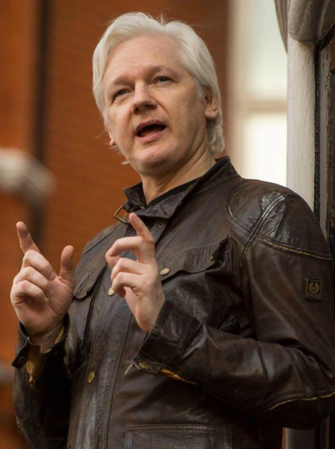 """Assange """"non si lava"""": per questo l'Ecuador lo vorrebbe far uscire dalla sua ambasciata a Londra"""
