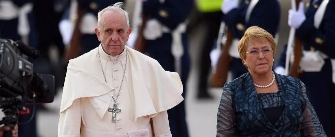 """Cile, il difficile viaggio di Papa Francesco: nel Paese crollata la fiducia nella Chiesa """"Chiedo perdono per i casi di pedofilia"""""""