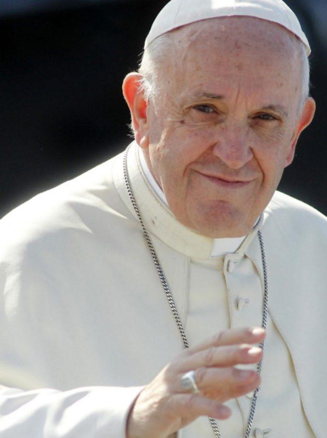 Matrimonio a sorpresa sull'aereo del Papa: Francesco celebra le nozze tra due assistenti di volo