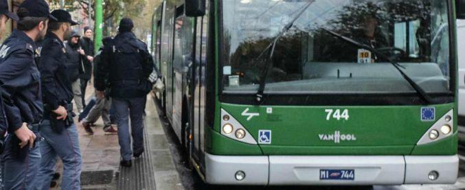 Milano, dipendente Atm fuori servizio accoltella 17enne dopo una lite con un gruppo di ragazzi sull'autobus 80
