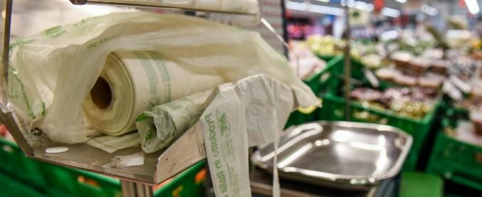 La questione sacchetti insegna: il costo del cambiamento climatico lo paghiamo noi