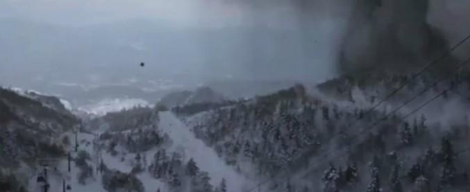 Giappone, eruzione vulcanica causa pioggia di sassi e una valanga sulle piste: un morto e 16 feriti