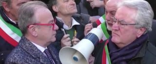 Rincari A24, la protesta dei sindaci irrompe alla presentazione di Rivoluzione Cristiana. E scatta il battibecco con Rotondi